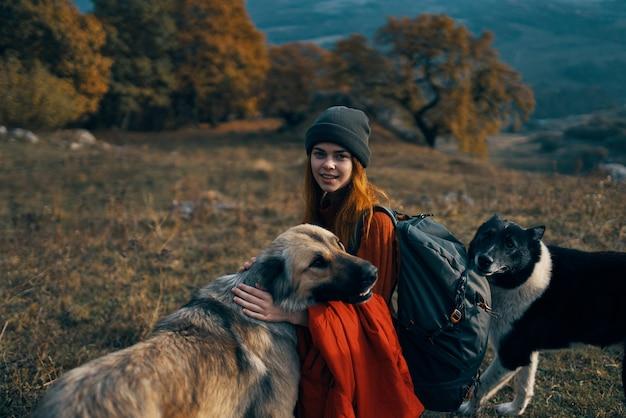 Женщина турист путешествия отпуск прогулка собака гора