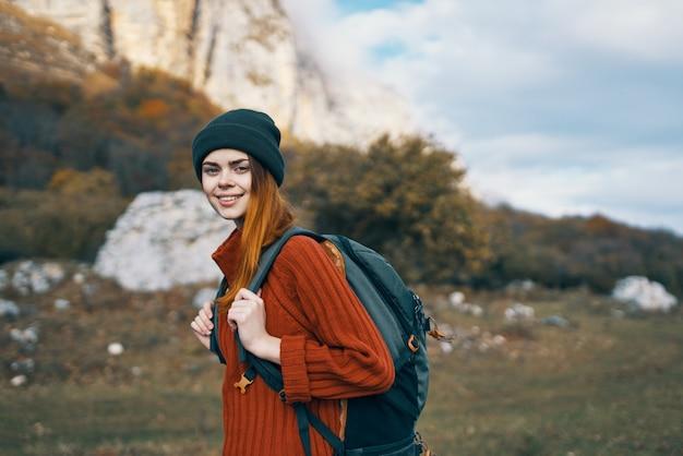 自然の中を歩く女性ハイカーは旅行休暇を揺るがす