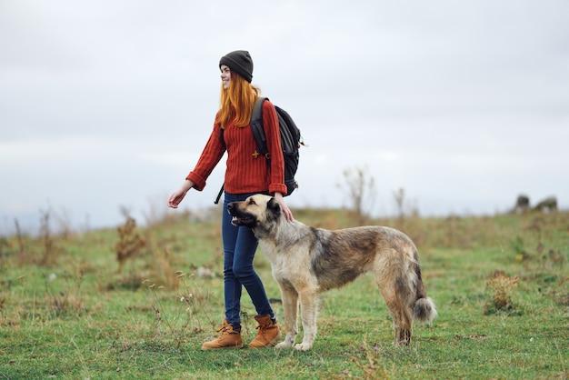 산 여행에서 개를 산책하는 여성 등산객