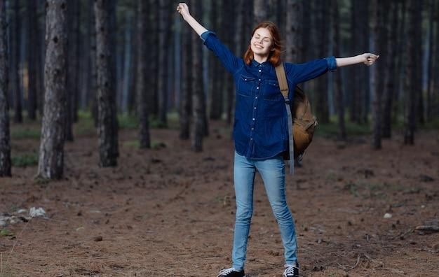 Путешественник женщины с рюкзаком в приключении образа жизни природы леса. фото высокого качества