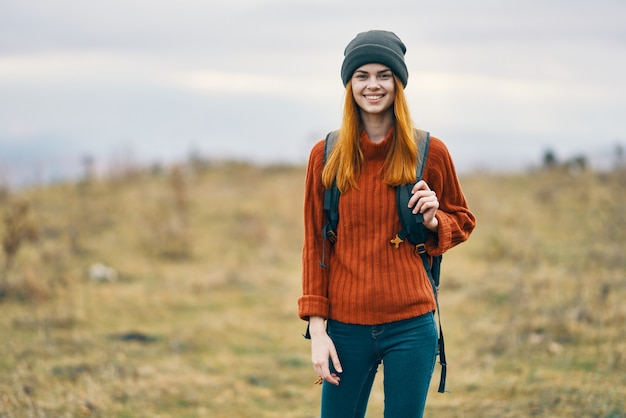 山の新鮮な空気旅行の自然の中でバックパックを持つ女性ハイカー