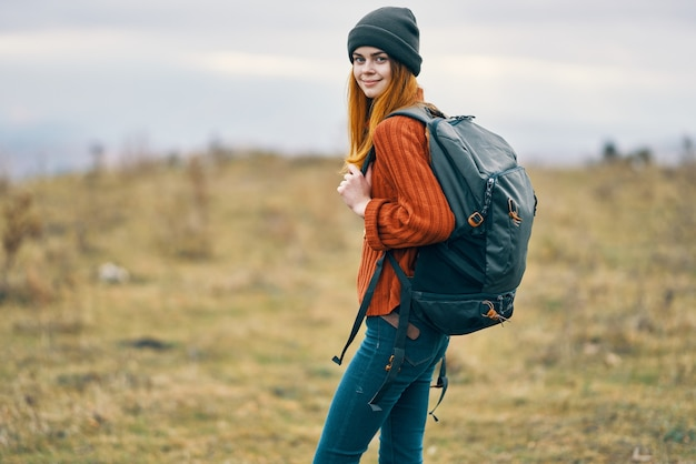 山の新鮮な空の旅の自然の中でバックパックを持つ女性ハイカー
