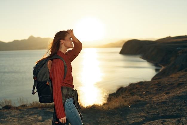 ロッキー山脈の新鮮な空気の風景の屋外でバックパックと女性ハイカー