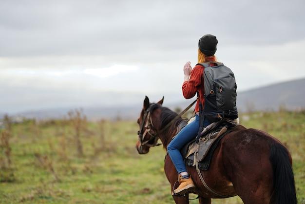 乗馬の自由なバックパックに乗って女性ハイカー