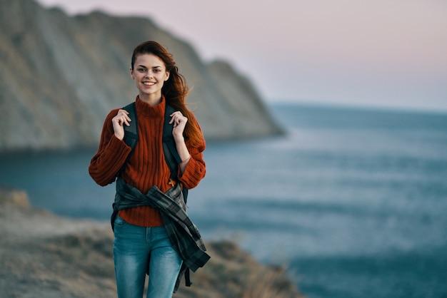 バックパック旅行山の新鮮な空気の風景を持つ女性ハイカー。高品質の写真