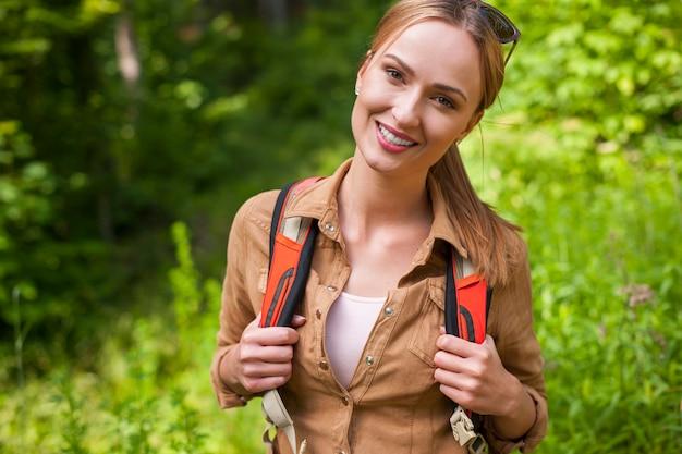 Donna che fa un'escursione nella foresta