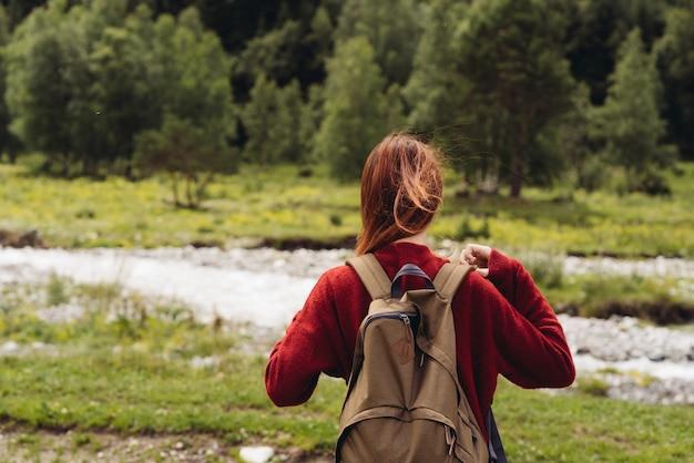 Женщина, походы в горы с рюкзаком