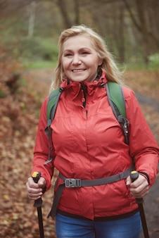 森の中をハイキングする女性