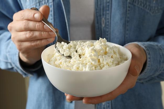 코티지 치즈와 여자 잡고 그릇, 클로즈업