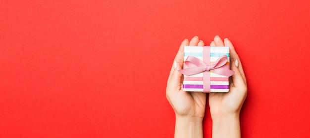 여자 잡고 화려한 배경 크리스마스 선물 상자