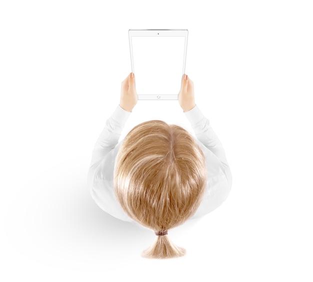 女性は白で隔離手平面図でタブレットpcを保持します。