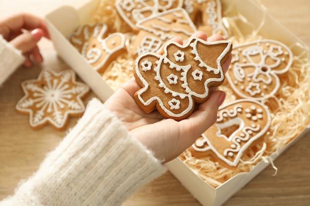 女性はおいしいクリスマスクッキーを保持します