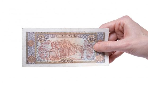 흰색에 그녀의 손에 500 킵 1988 지폐를 들고 여자