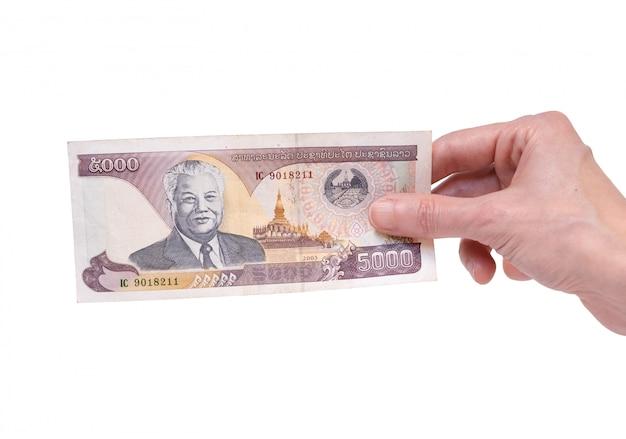 흰색에 그녀의 손에 5000 킵 지폐를 들고 여자