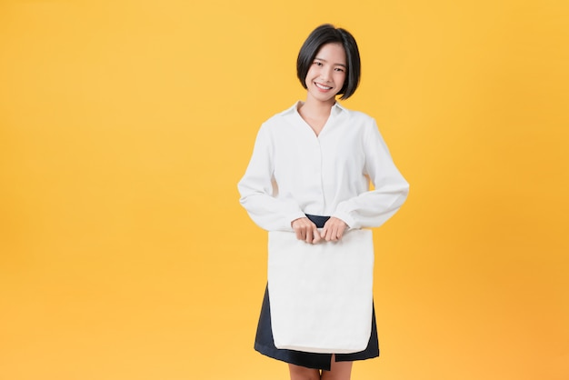 Женщина держит сумку холст ткани