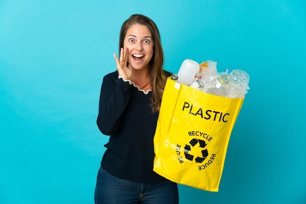 재활용 플라스틱 병의 전체 가방을 들고 여자