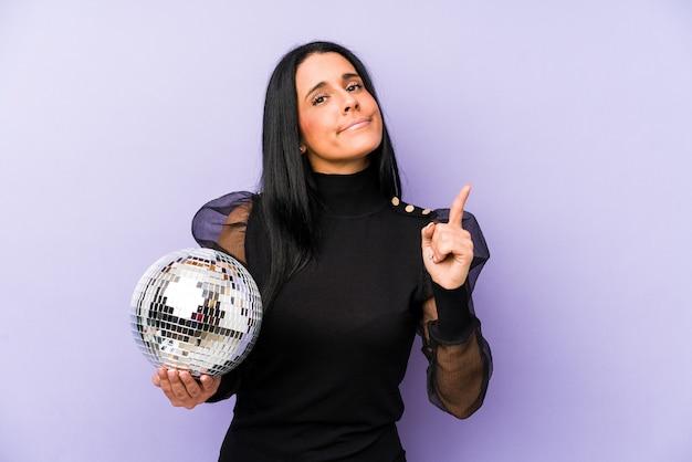 アイデア、インスピレーションのコンセプトを持つ紫に分離されたボールパーティーを開催する女性。