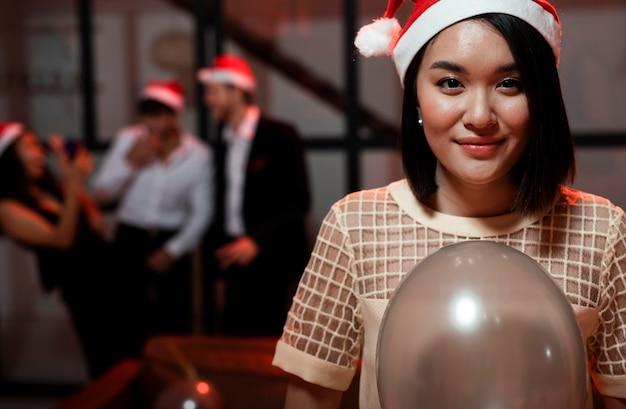 大晦日のパーティーで風船を持っている女性