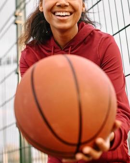 バスケットボールのクローズアップを保持している女性