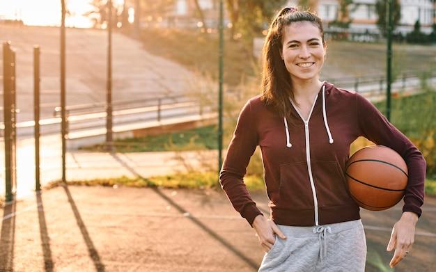 バスケットボールを持っている女性