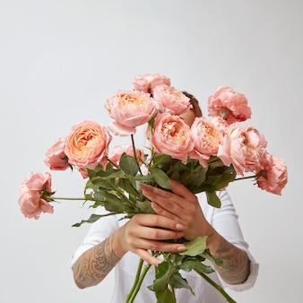 핑크 장미, 발렌타인 데이의 아름다운 꽃다발을 들고 여자