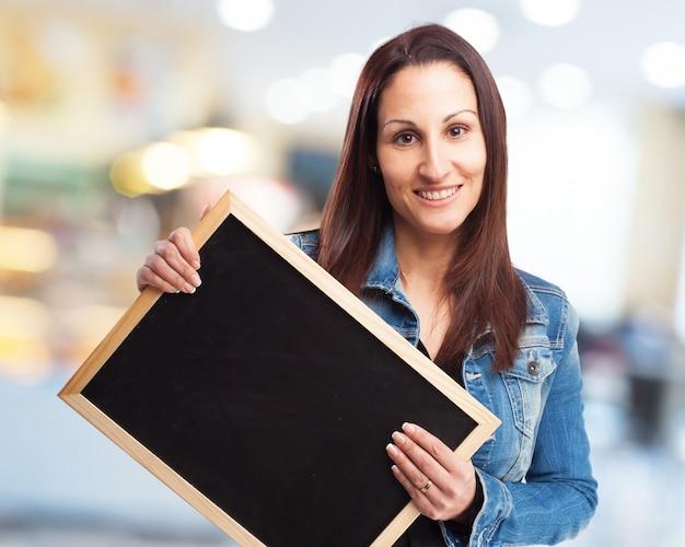 黒板を保持している女性