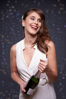 シャンパンのボトルを保持している女性