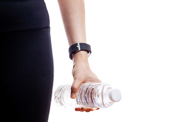 飲料水のボトルを保持している女性。