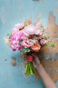 꽃다발을 들고 있는 여성
