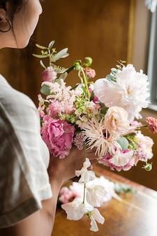 花の花束を持っている女性