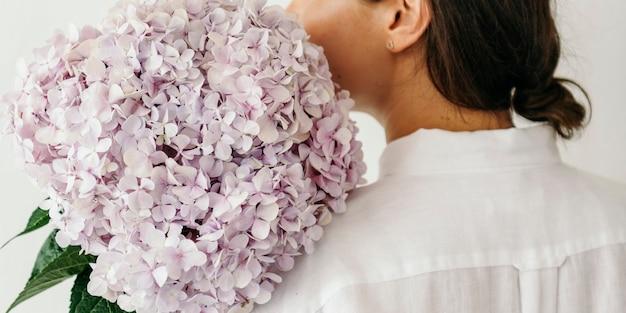 あじさいの花束を持っている女性