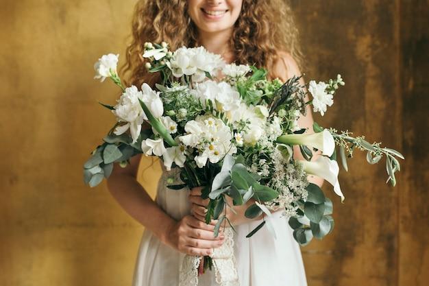 Женщина держит букет белых цветов