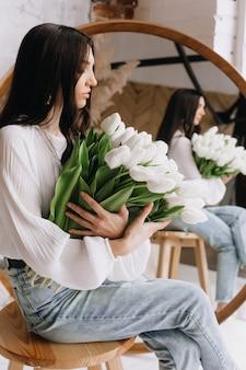 흰 튤립 꽃다발을 들고 여자