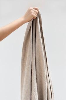 갈색 단순 던지기 담요를 들고 여자