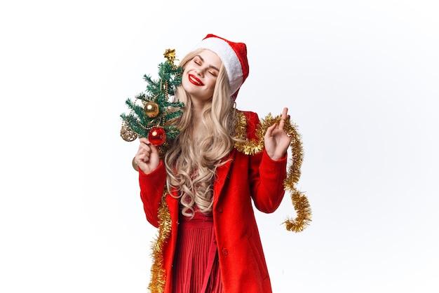クリスマスツリーの装飾の休日の楽しいスタジオを保持している女性