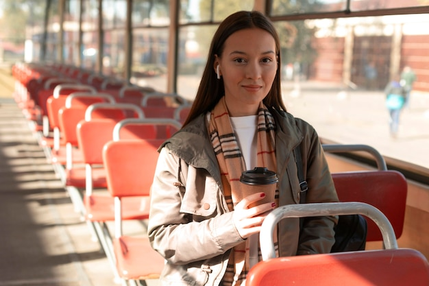 공공 트램 수송에서 커피를 들고 여자
