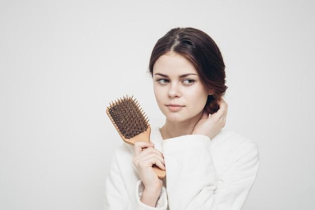Женщина, держащая расческу в руке и проблемы со здоровьем, спутанные волосы, ломкость