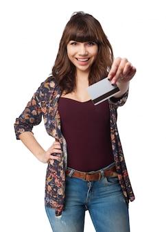 Женщина, держащая кредитной карты