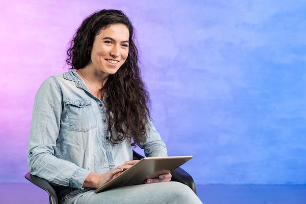Женщина, держащая цифровой планшет