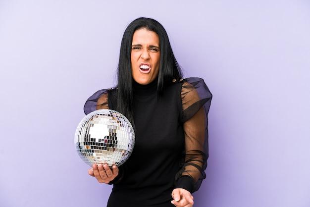 Женщина, держащая дискотечный шар
