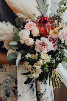 Женщина, держащая букет цветов