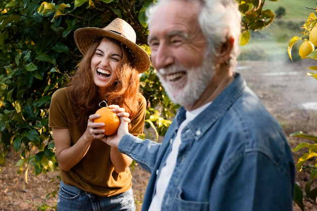 그녀의 아버지와 함께 신선한 오렌지를 들고 여자