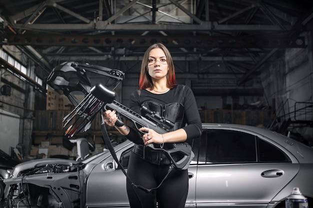 Женщина держит военный арбалет в натуральную величину