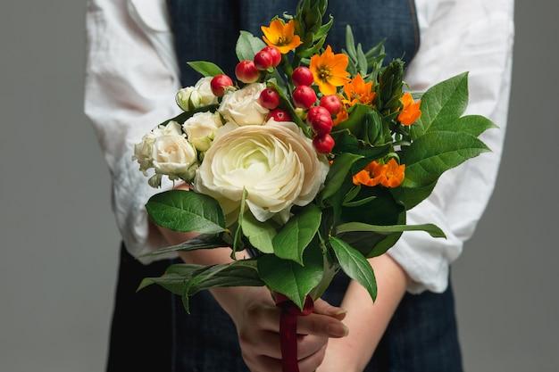 豪華な花束を保持している女性