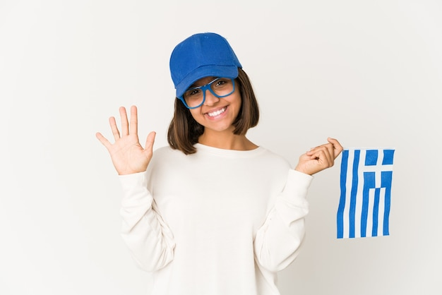 陽気な笑顔のギリシャの旗を保持している女性