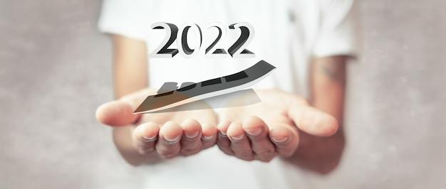 2022년 성장 차트를 들고 있는 여성