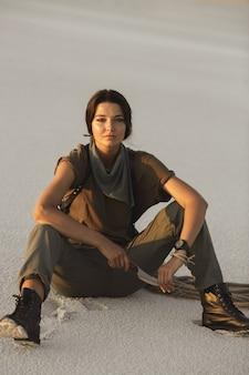 Женщина, держащая нож на открытом воздухе в пустыне. молодая жестокая опасная девушка с оружием