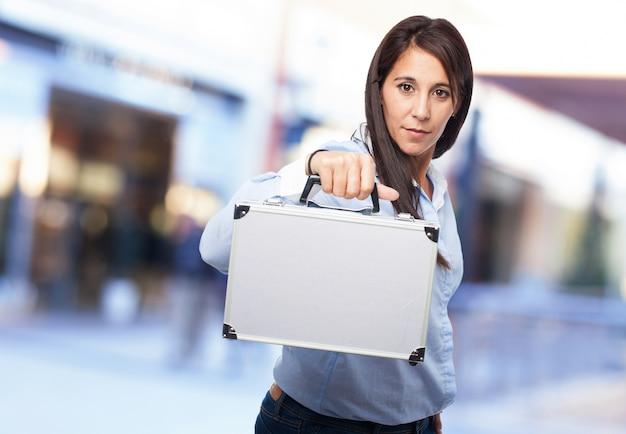 Женщина, держащая металлический чемоданчик
