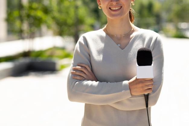 Женщина держит микрофон для интервью