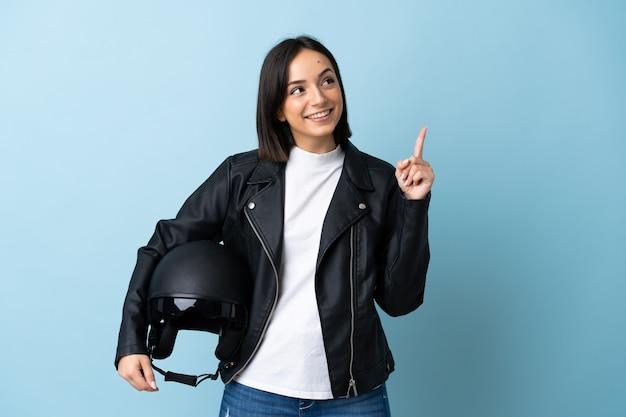 孤立したオートバイのヘルメットを保持している女性